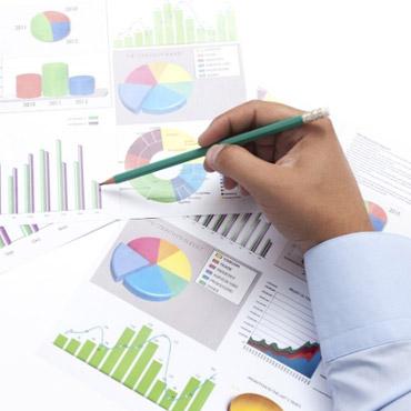 Uma mão masculina analisando gráficos de dados