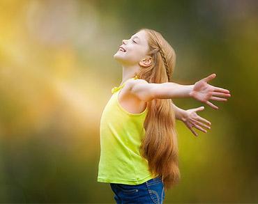 Uma menina admirando a luz do sol